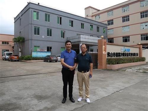 (佛山市德霖冷暖设备实业有限公司总经理林伟雄(左),长沙强华信息董图片